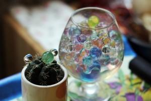 Композиция из бокала, кактуса и шариков